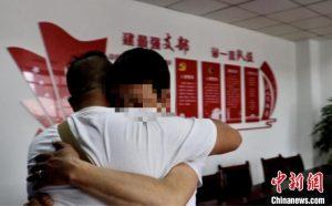 跨越2500多公里的擁抱!四川鹽亭一男子找到失散32年的母親和弟弟