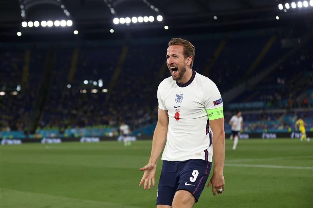 英格蘭3日在2020歐洲國家盃8強淘汰賽,隊長凱恩(前)於開賽僅4分鐘就攻進一球,終場英格蘭以4比0痛宰烏克蘭隊。圖取自facebook.com/EURO2020)