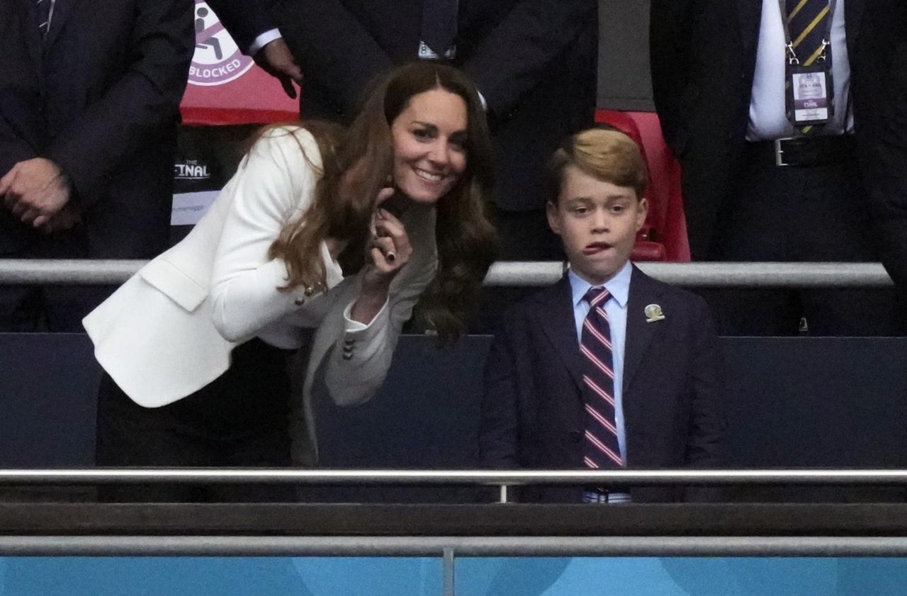 威廉王子與凱特王妃帶著7歲的喬治王子,三人坐在現場的VIP包廂觀賞歐國盃決賽。圖:達志影像/路透社
