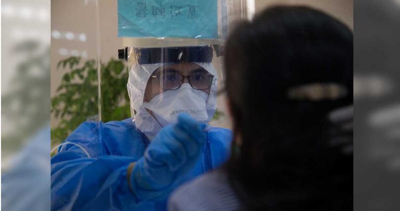 三總醫護人員為台電員工實施PCR採檢。(圖/軍聞社)
