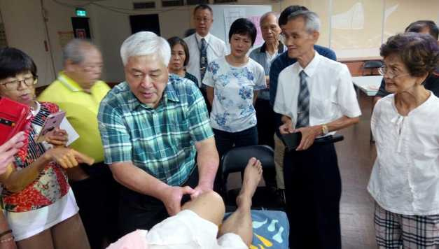 黃柳宗(左3)目前從事民俗療法。(圖/讀者提供)